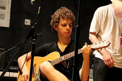 Un ado à la guitare à la colo musique et cinéma Rock The Casbah