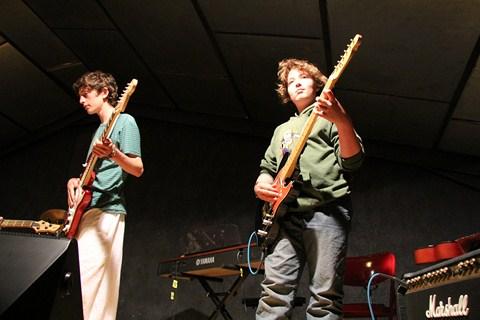 Deux ados à la guitare à la colo musique et cinéma Rock The Casbah