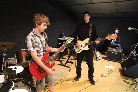 JP sur scène avec un ado de la colonie musique et cinéma ROCK THE CASBAH